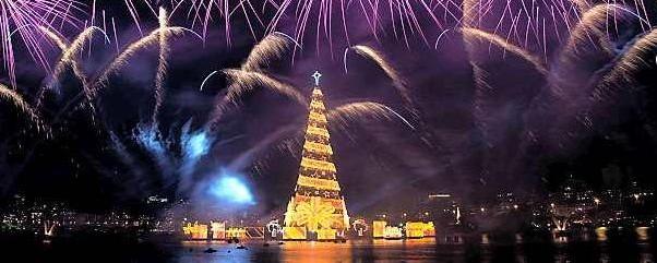 El mayor árbol flotante de Navidad mide 85 metros