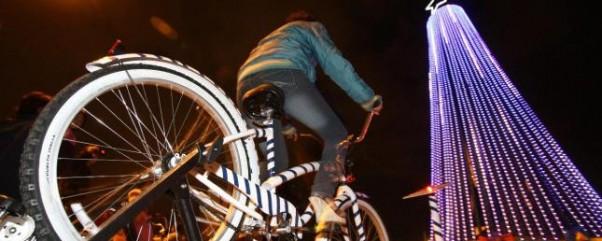 Con energía de bicicletas iluminan árbol de Navidad en México